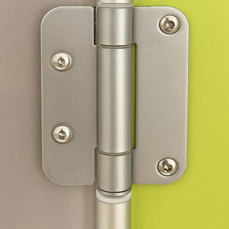 Front: 3-roll stainless steel hinges